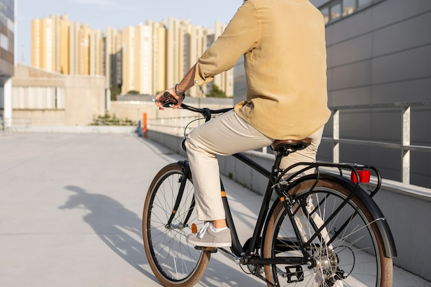 Gros plan, homme, monter vélo