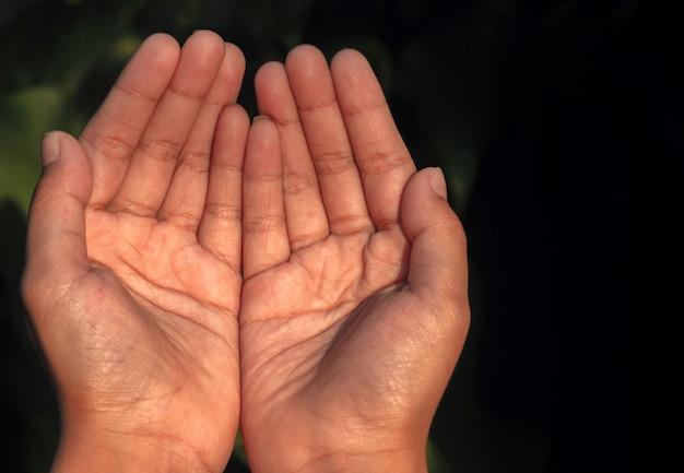 Gros plan d'un homme musulman priant les mains sur le ramadan et ied moubarak