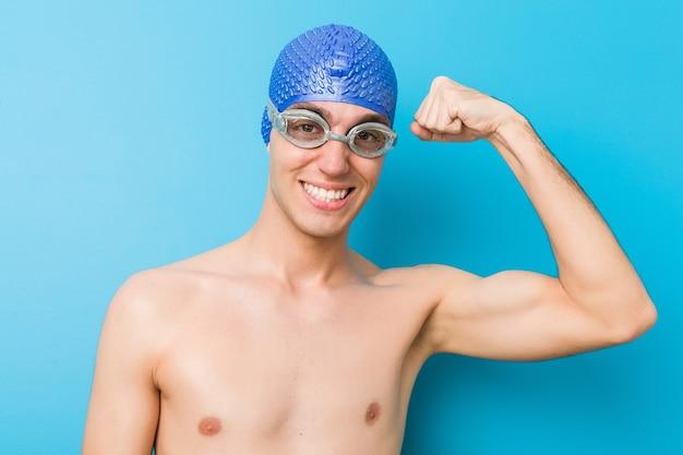 Gros plan d'un homme nageur caucasien adolescent
