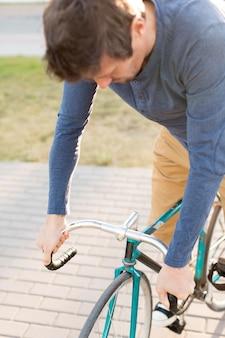 Gros plan, homme occasionnel, équitation vélo, dehors