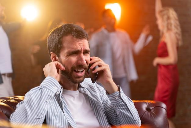 Gros plan homme parlant au téléphone