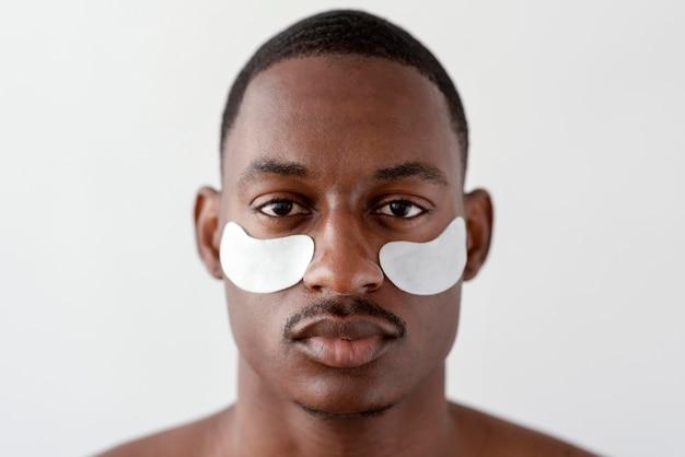 Gros plan homme avec des patchs oculaires