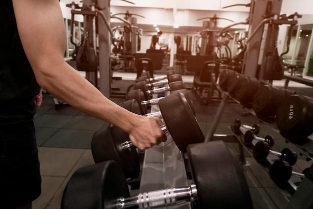 Gros plan, homme, poids, tenue, gymnase