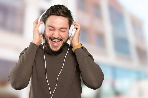 Gros plan d'un homme portant des écouteurs