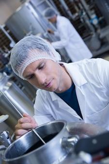 Gros plan d'un homme portant un filet à cheveux dans l'usine