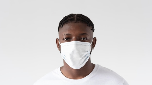 Gros plan, homme, porter, masque facial