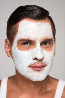 Gros plan, homme, porter, produit soin peau