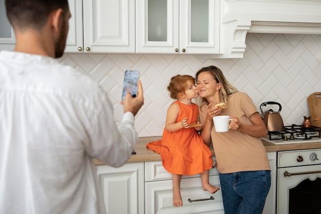 Gros plan homme prenant une photo de famille