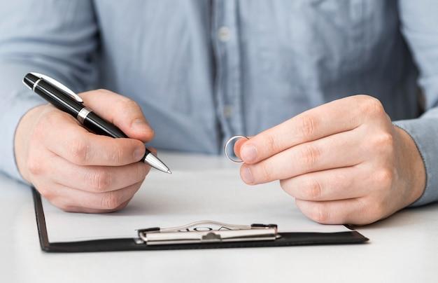 Gros plan homme prêt à signer le contrat de divorce