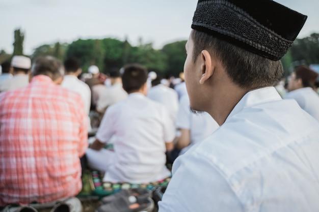 Gros plan d'un homme priant pendant l'aïd al-fitr