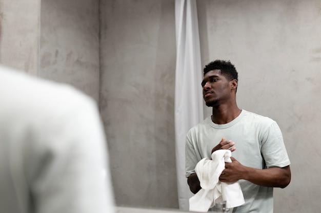 Gros plan homme regardant dans le miroir