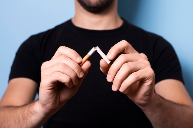 Gros plan, homme, rupture, cigarette