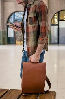 Gros plan homme avec sac à dos