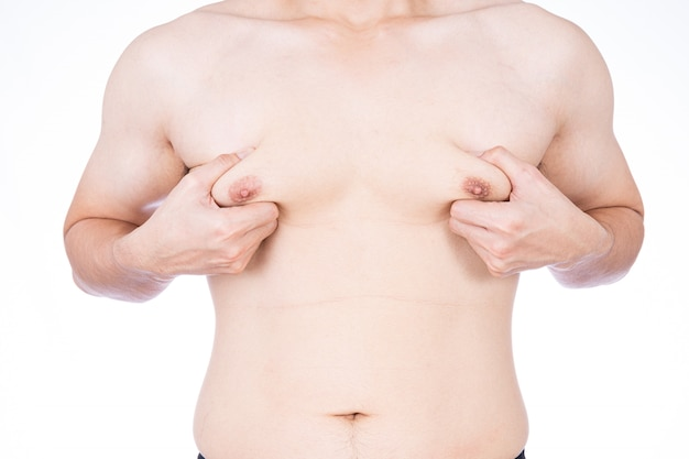 Gros plan sur l'homme saisissant les seins avec la main isolée
