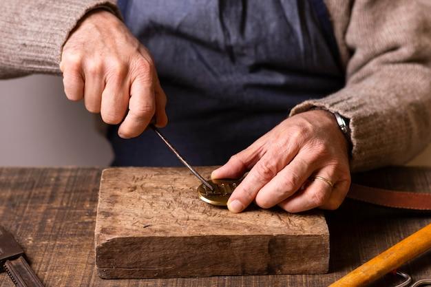 Gros Plan Homme Sculptant Photo gratuit
