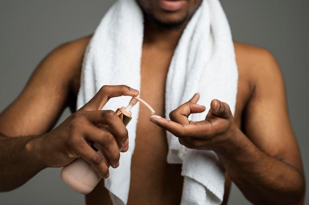 Gros plan homme avec une serviette blanche