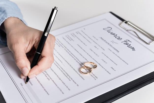 Gros plan, homme, signature, divorce, formulaire