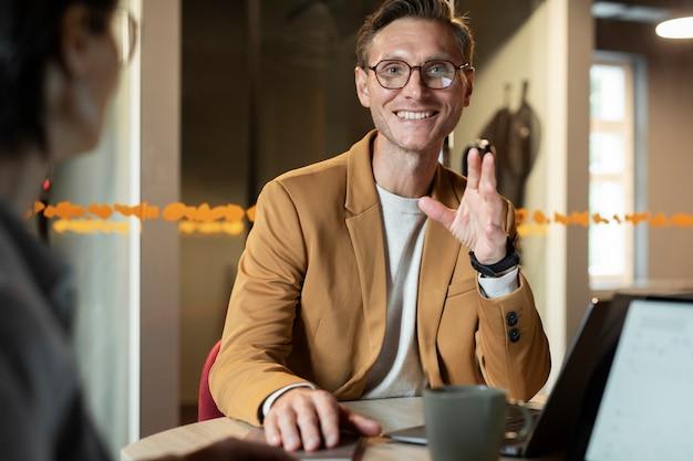 Gros plan homme souriant au travail