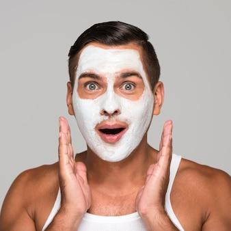 Gros plan homme surpris avec masque facial