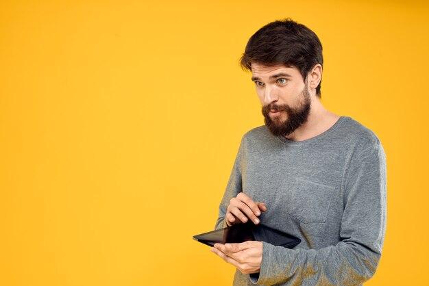 Gros plan sur l'homme avec tablette en mains isolés
