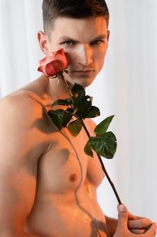 Gros plan homme tenant une fleur