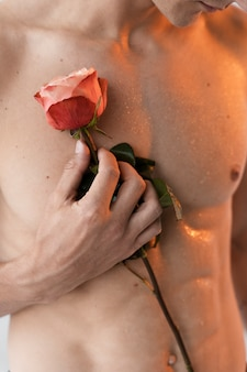 Gros plan homme tenant une rose