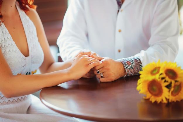 Gros plan d'un homme tenant sa main de femme au restaurant