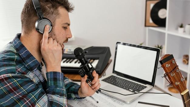 Gros plan, homme, tenue, microphone