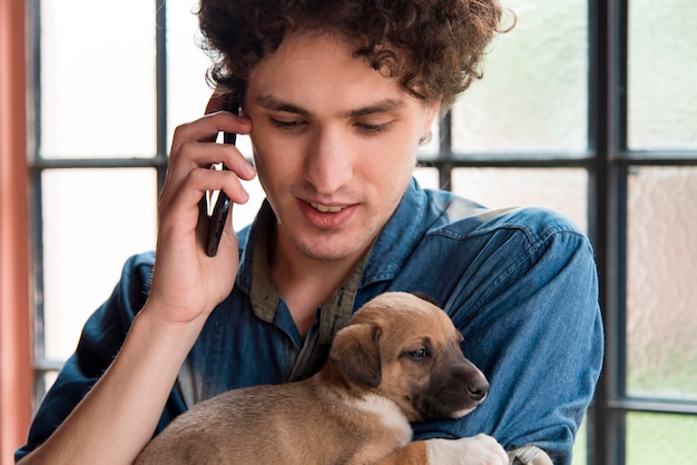 Gros plan, homme, tenue, mignon, chien