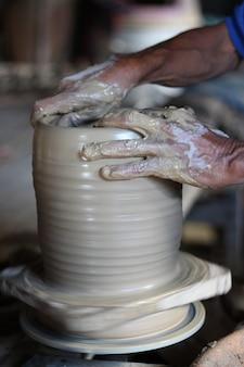 Gros plan d'un homme travaillant avec de la céramique