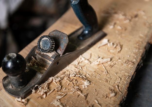 Gros plan homme travaillant avec du bois