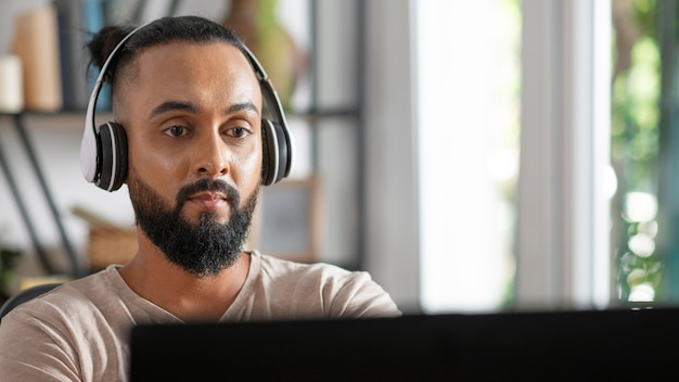 Gros plan homme travaillant avec des écouteurs