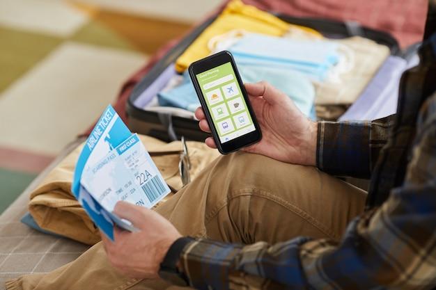 Gros plan, de, homme, utilisation, application, sur, sien, téléphone portable, et, commander, billets avion, ligne