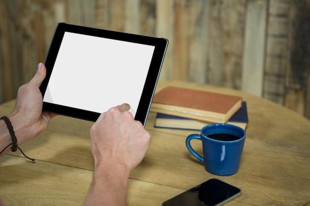 Gros plan, de, homme, utilisation, tablette numérique, à, écran vide, dans, café