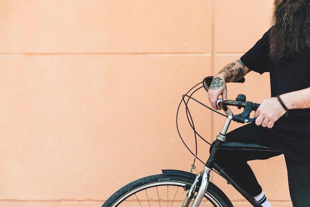Gros plan, homme, vélo, contre, mur, beige