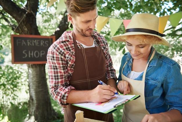 Gros plan sur l'homme vendant des récoltes de son jardin