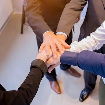 Gros plan, de, hommes affaires, empiler mains, dans, réunion, à, bureau