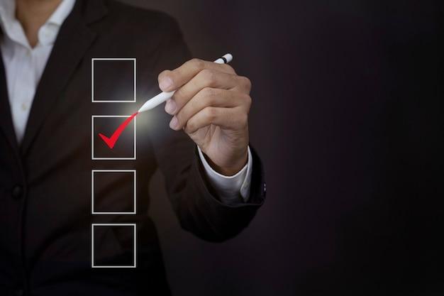 Gros plan des hommes d'affaires touchant l'écran virtuel sur la satisfaction en service