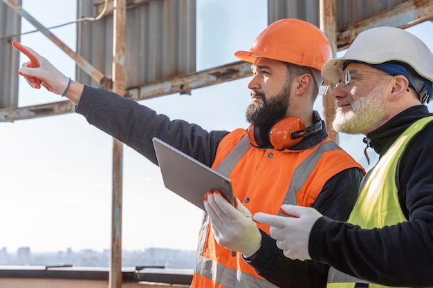 Gros plan des hommes au travail avec ordinateur portable
