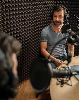 Gros plan des hommes à la station de radio