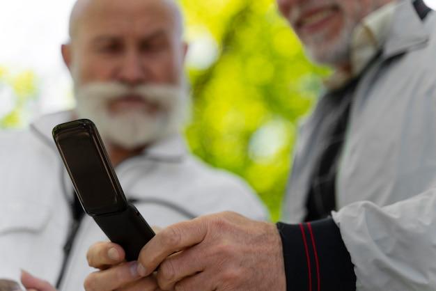 Gros plan des hommes avec un téléphone