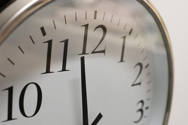 Gros plan sur l'horloge accrochée au mur