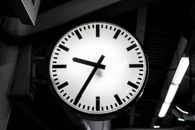 Gros plan de l'horloge au ciel-gare