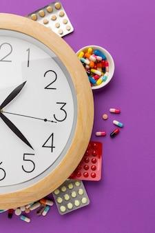 Gros plan horloge avec comprimés comprimés