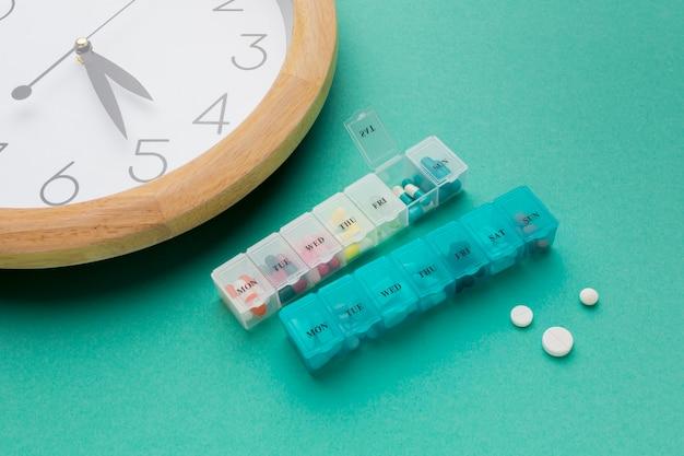 Gros plan horloge et pilules quotidiennes