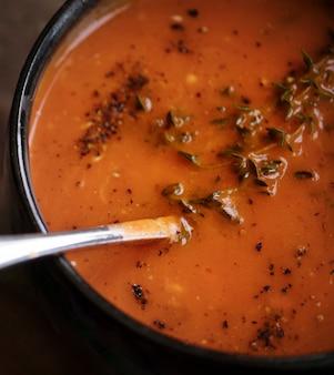 Gros plan sur l'idée de recette photographie de soupe aux tomates