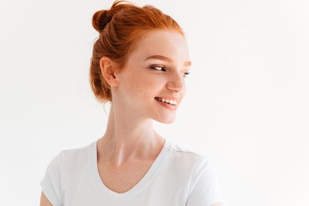 Gros plan image de beauté femme gingembre en t-shirt à la recherche de suite
