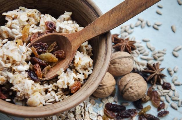 Gros plan image d'un bol de gruau sain sans gluten avec noix et raisins secs
