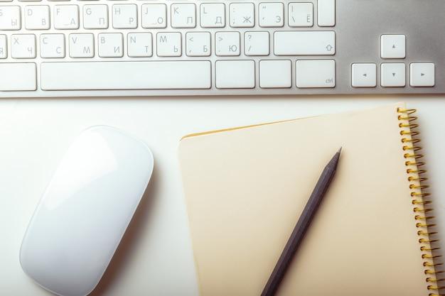 Gros plan image de clavier de bureau d'ordinateur sur fond blanc