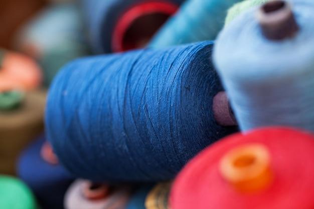 Gros plan image de divers fils de couleur